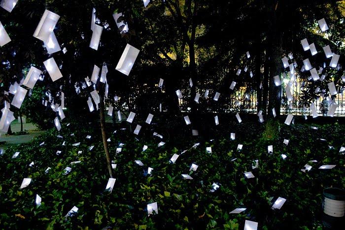 Flores en el tico cartas que crecen en los rboles for Iluminar arboles jardin